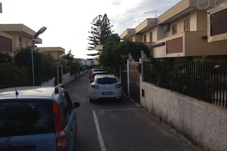 Villetta bifamiliare con posto auto - Rometta Marea - タウンハウス