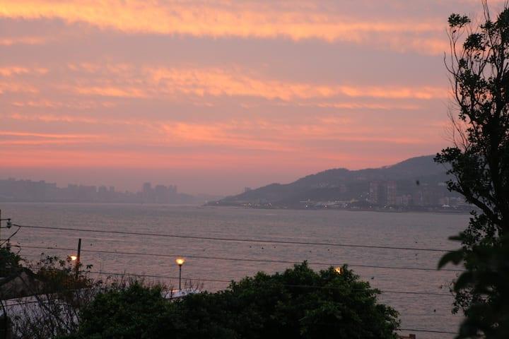 無敵海景背包客-平日500元一晚-假日預訂請至假日房源700元/晚。( Hostel)