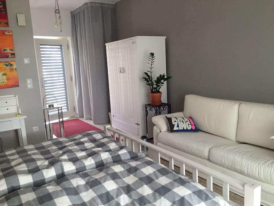 Gästezimmer mit Doppelbett und Sofa