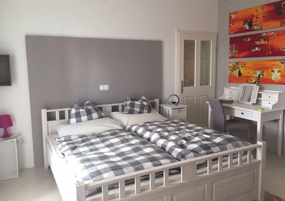 Gästezimmer mit Doppelbett und Schreibtisch