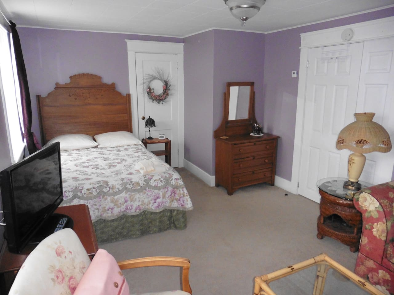 Purple Room - double bed, spacious and bright