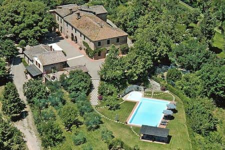 Farm with pool  7 km from Siena - Siena