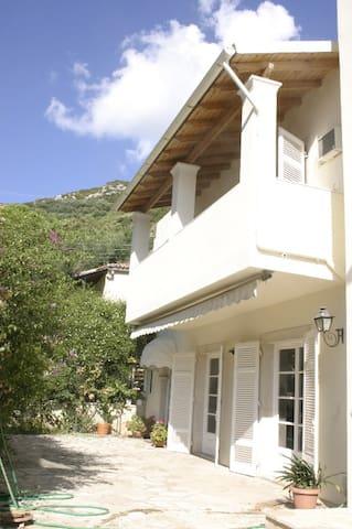 ΜΟΝΟΚΑΤΟΙΚΙΑ ΣΤΗ ΘΑΛΑΣΣΑ - Agios Ioannis Peristeron - บ้าน