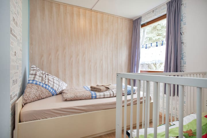 Jugendzimmer / youth room (standard bed 180x90) + crib