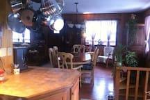 vu de la cuisine sur salle à dîner et la fenestration, le salon  est a gauche