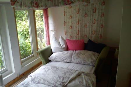 Zimmer im Gartenhaus mit See bis max 3 Personen - Drage