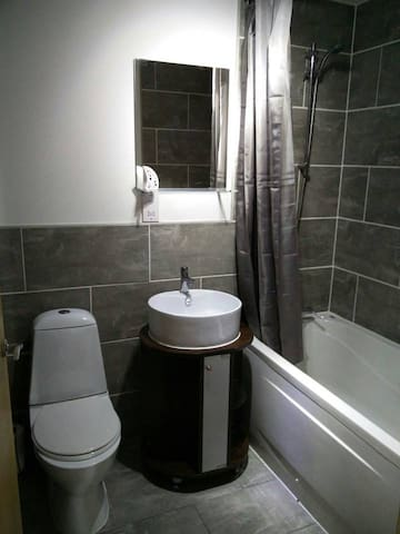 Modern Apartment 15 Mins from Leeds with Parking