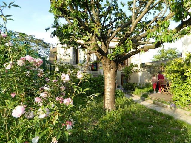 Chambre calme maison jardin fleuri - Nanterre - House