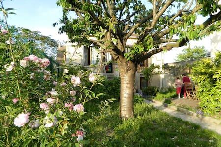 Chambre calme maison jardin fleuri - Nanterre - Haus
