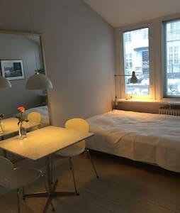 Lyst værelse med eget bad. - Klampenborg