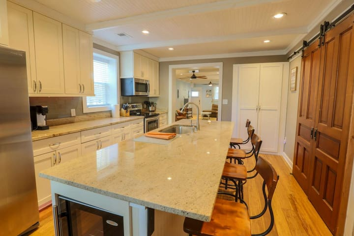 Pet-Friendly. Close to Downtown, Old Village & Beaches. Newly Renovated w Spacious Kitchen. Quiet!