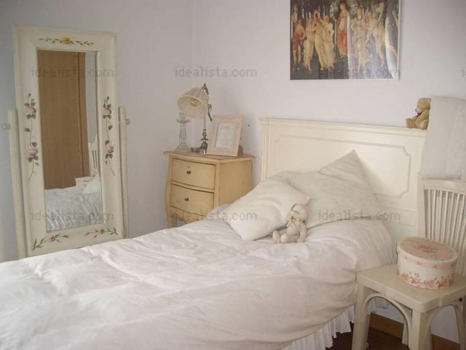 shabby chic ivory gustavian touch appartements louer saint jacques de compostelle. Black Bedroom Furniture Sets. Home Design Ideas
