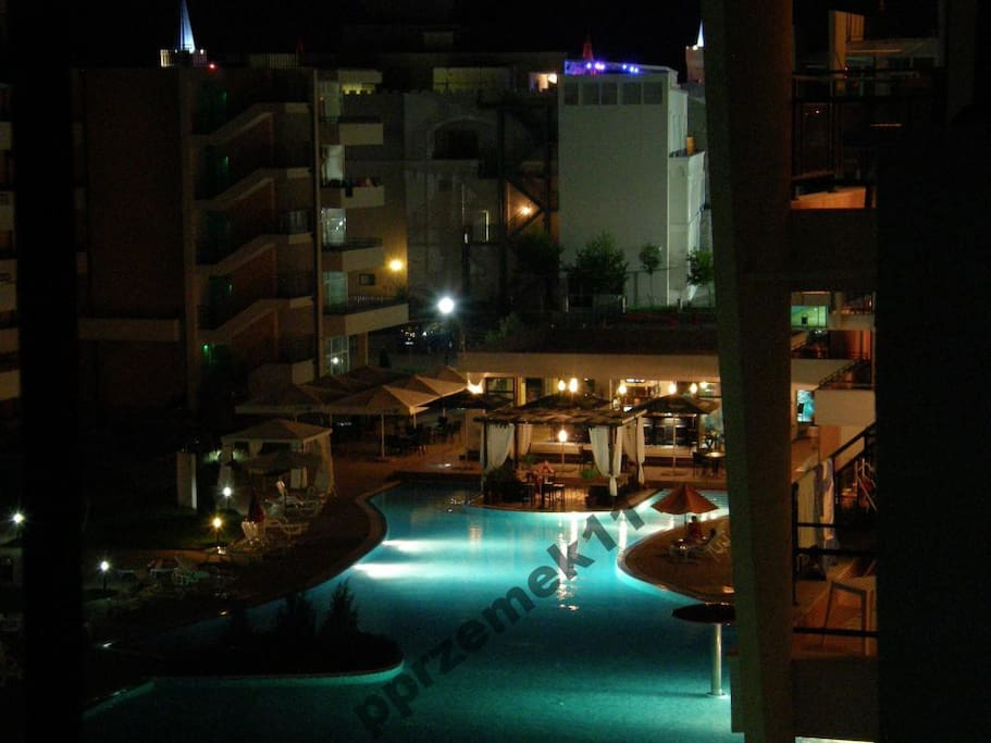 Widok na basen nocą