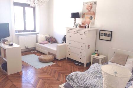 Cool room only 10 mins from city!