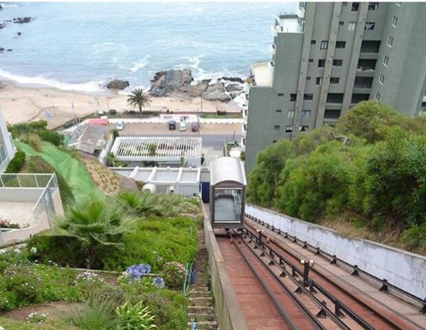 Acceso a sector playa Cochoa y restaurantes, por funicular privado del edificio