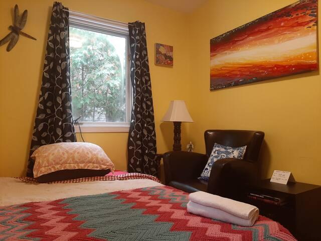 Cozy room off Bank Street w fridge & chair