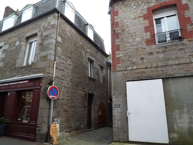 Gîte les Marguerites,confortable 9P 2 étoiles - Villedieu-les-Poêles - Huis