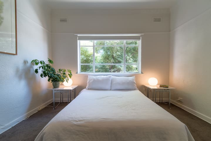 BED & BOARD Charming 2 Bed in Tranquil Inner North - Princes Hill - Apartamento