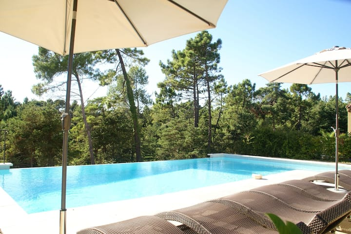 Luxury apartment for four people near golf course in the heart of Provence