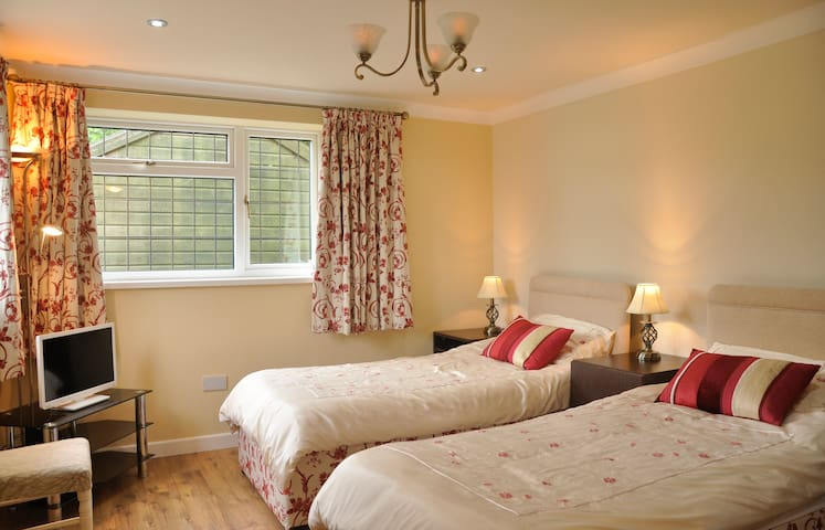 The Old Smithy, twin beds en suite - Tong Norton, Shifnal - Apartment