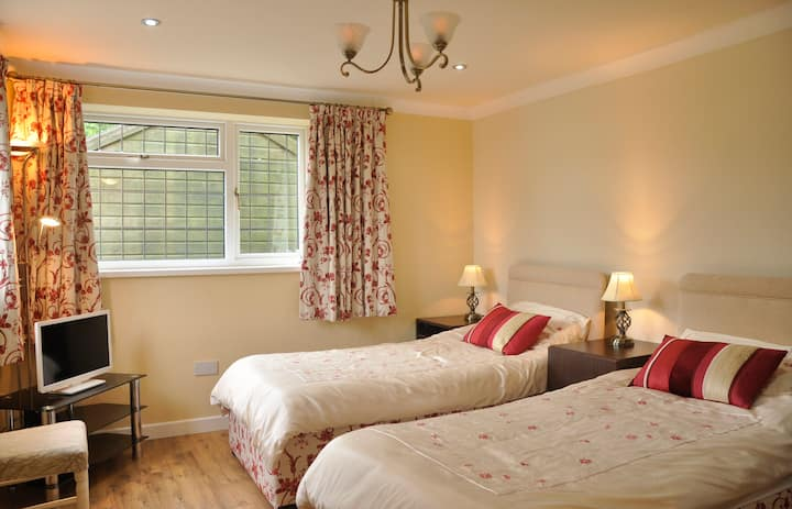 The Old Smithy, twin beds en suite