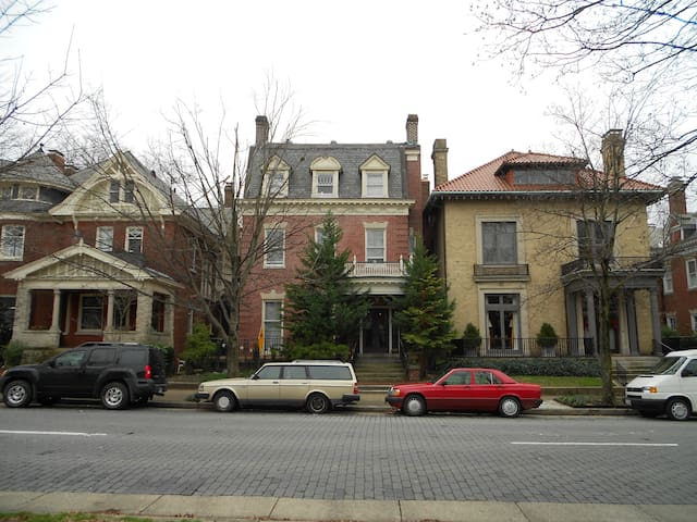 Two BR Apt on Historic Monument Ave