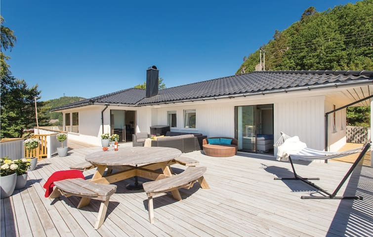 Holiday cottage with 4 bedrooms on 178m² in Farsund