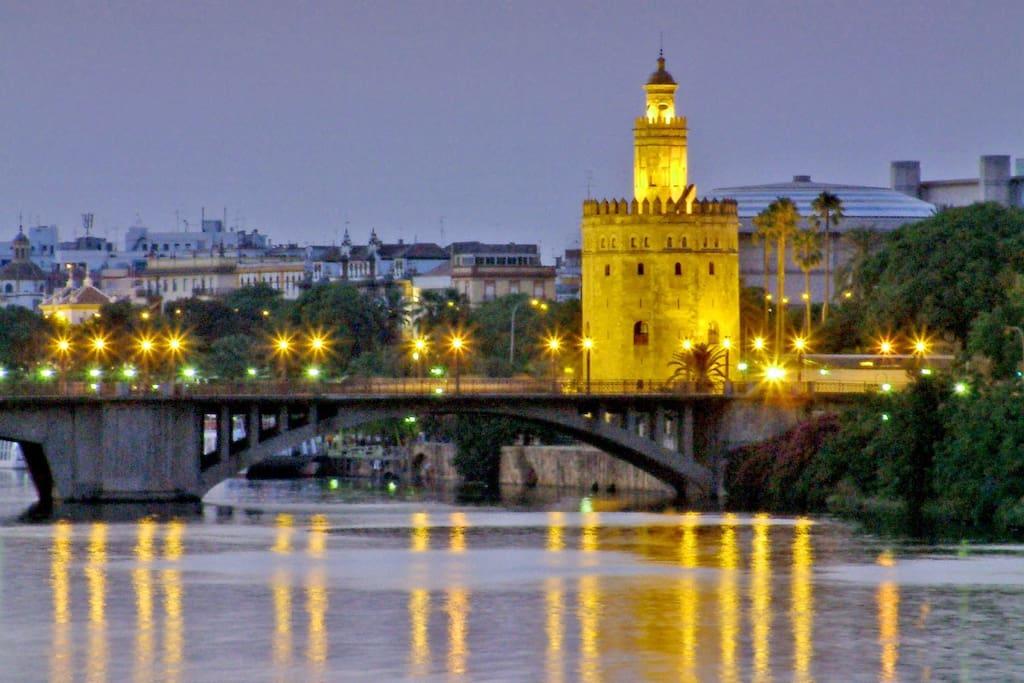 Preciosa Torre del Oro y famoso puente de Triana.
