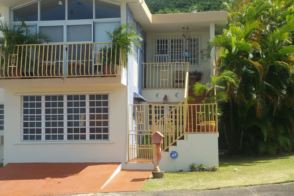 Beautiful house, 1st floor apartment and driveway in front for convinience of your car rental, easy access!
