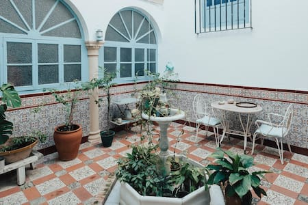 Centro CASA ANTIGUA con PATIO propio