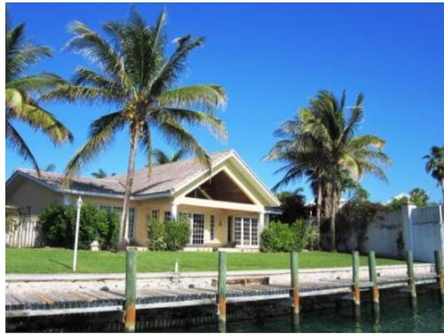 Caribbean dream home with free wifi - Freeport  - House