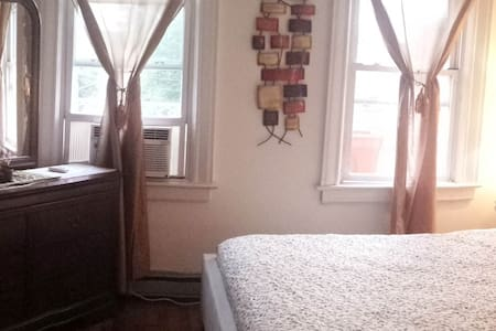 Huge airy room perfect for two! - Bronx - Casa