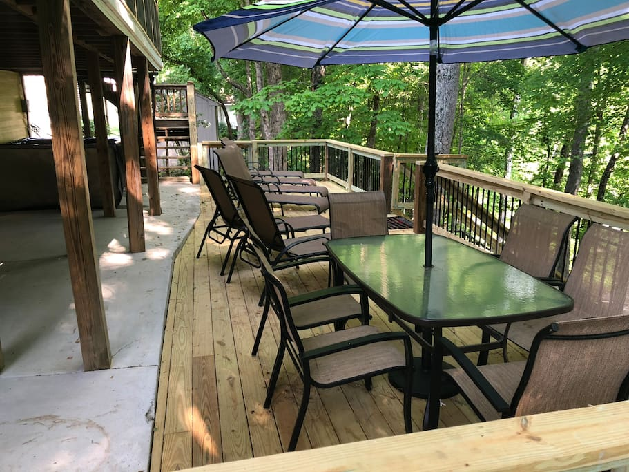 6 person patio table and chairs on the lower deck.