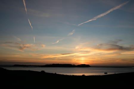 Solnedgange og vand i Torø huse - Hus