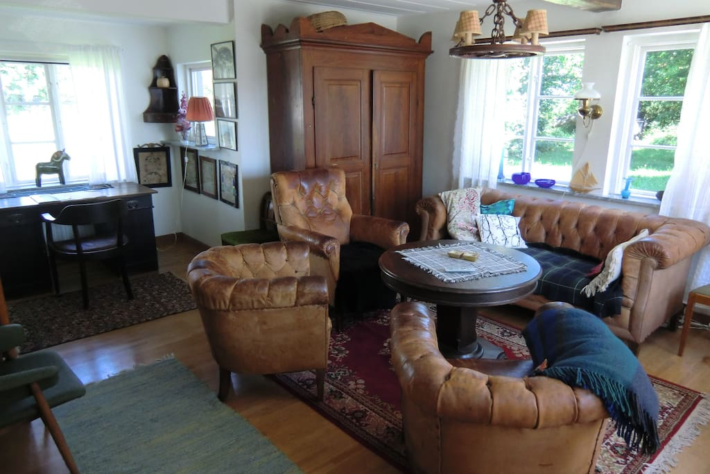 Living room with traditional furnishing. Broadband awailable.