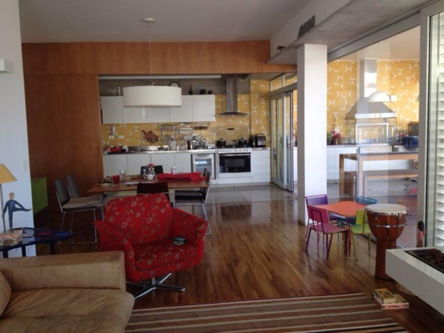 Cozinha integrada à sala com porta divisória