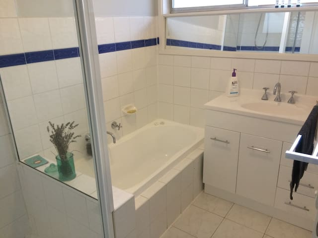 Close to airport, quiet location - Kealba - House