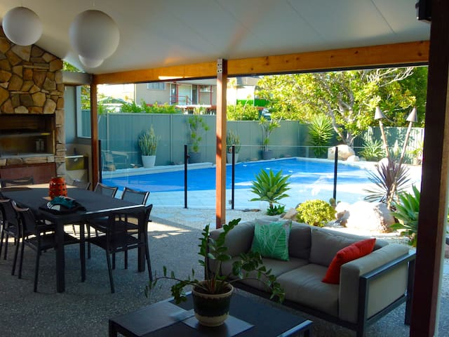 3 Bedroom Home +Pool 10min to city - Holland Park West - Casa
