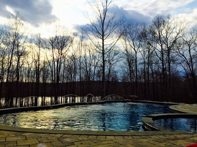 SAFE: Large Secluded Home; Pool, Hot tub, Bonfire!