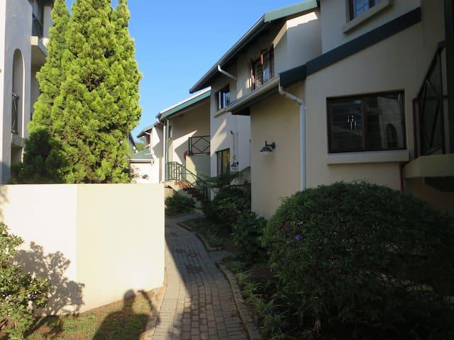 Central ground floor apartment in secure complex! - Randburg - Byt