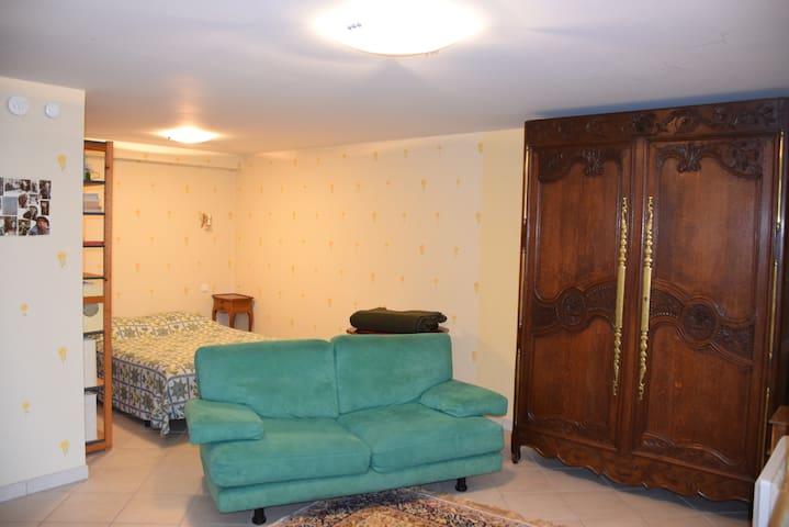 Canapé et derrière le lit deux places