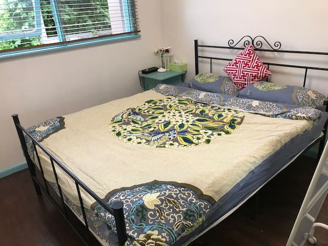 Comfortable double room near Westfield and ALDI