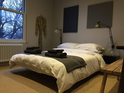 Boutique bedroom w/en-suite in beautiful house