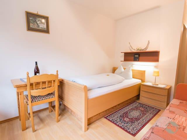 Enri Theater & Pension Bruderhaus, (Altensteig), Einzelzimmer mit WC und Dusche oder Bad mit ca. 12qm