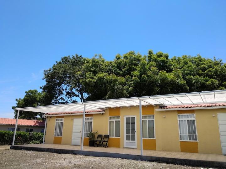 Casa pequeña, entera y cómoda  en Casa Bambú.