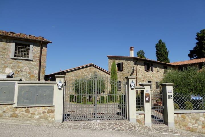 Attraente casa vacanze con piscina a Montecarelli