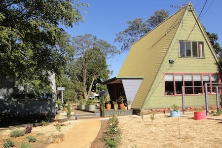 Large room in 1970s A-frame studio - Trentham - Ev