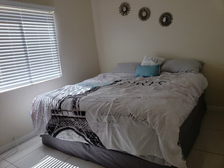 Comfy & cozy guest room, 12 min away from strip.