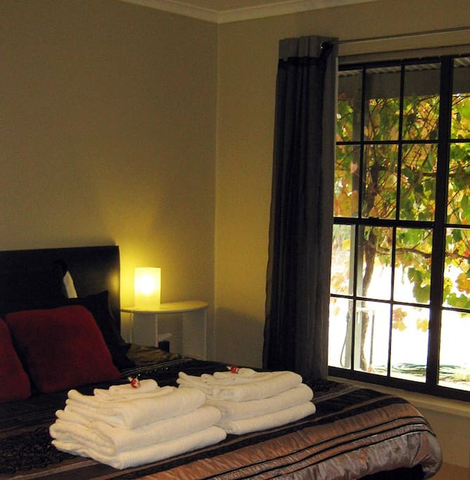 Comfy kingsize bed with gorgeous vineyard views!