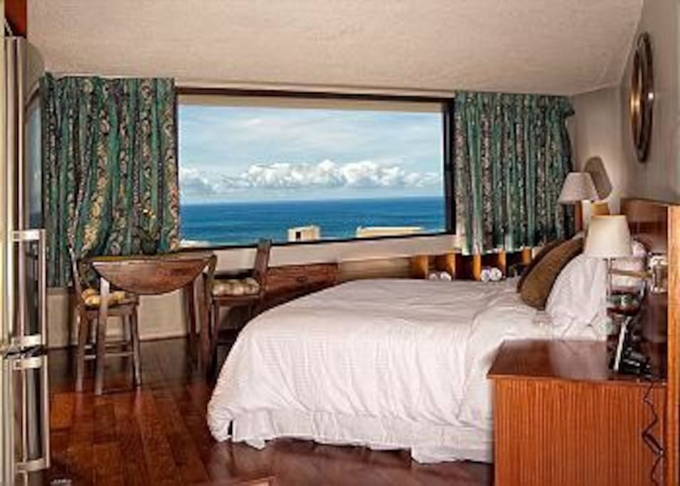 Queen-size bed with Oceanview